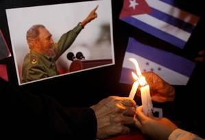 Velas acesas em homenagem ao líder revolucionário Fidel Castro Foto: JORGE CABRERA / REUTERS