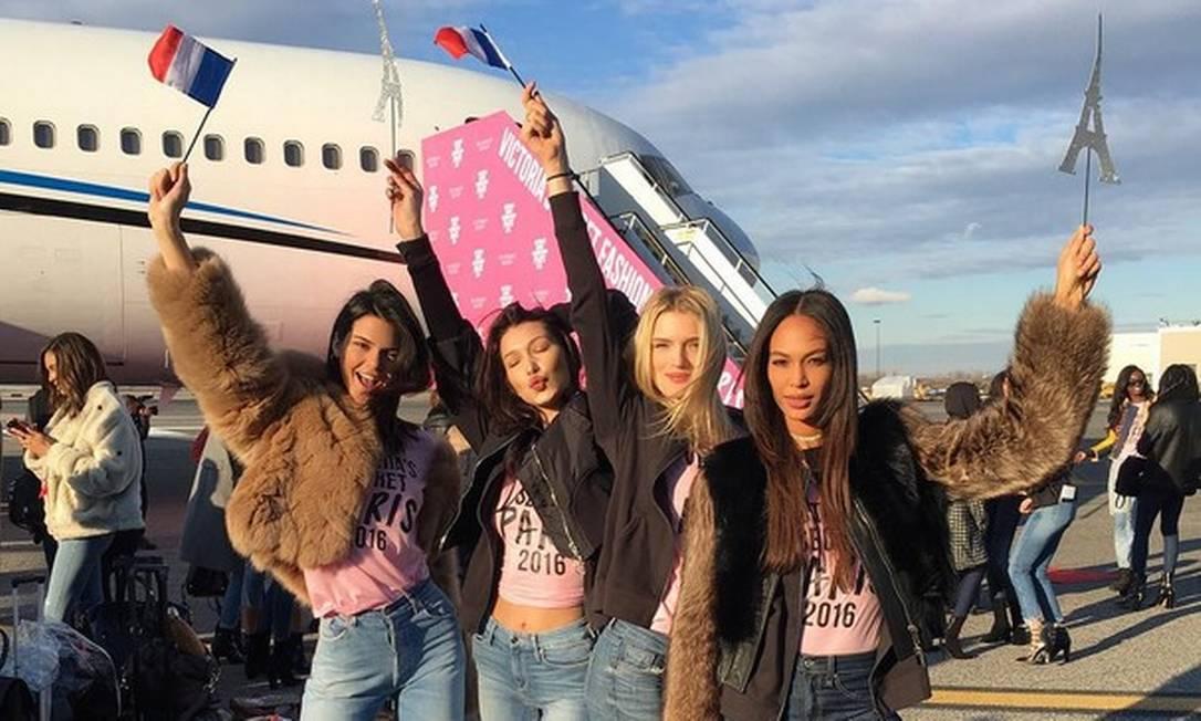 Kendall Jenner, Bella Hadid, Lily Donaldson e Joan Smalls na pista do aeroporto de Nova York Instagram