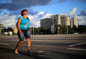 Mulher caminha solitária pela praça Revolucionária, em Havana Foto: CARLOS BARRIA / REUTERS