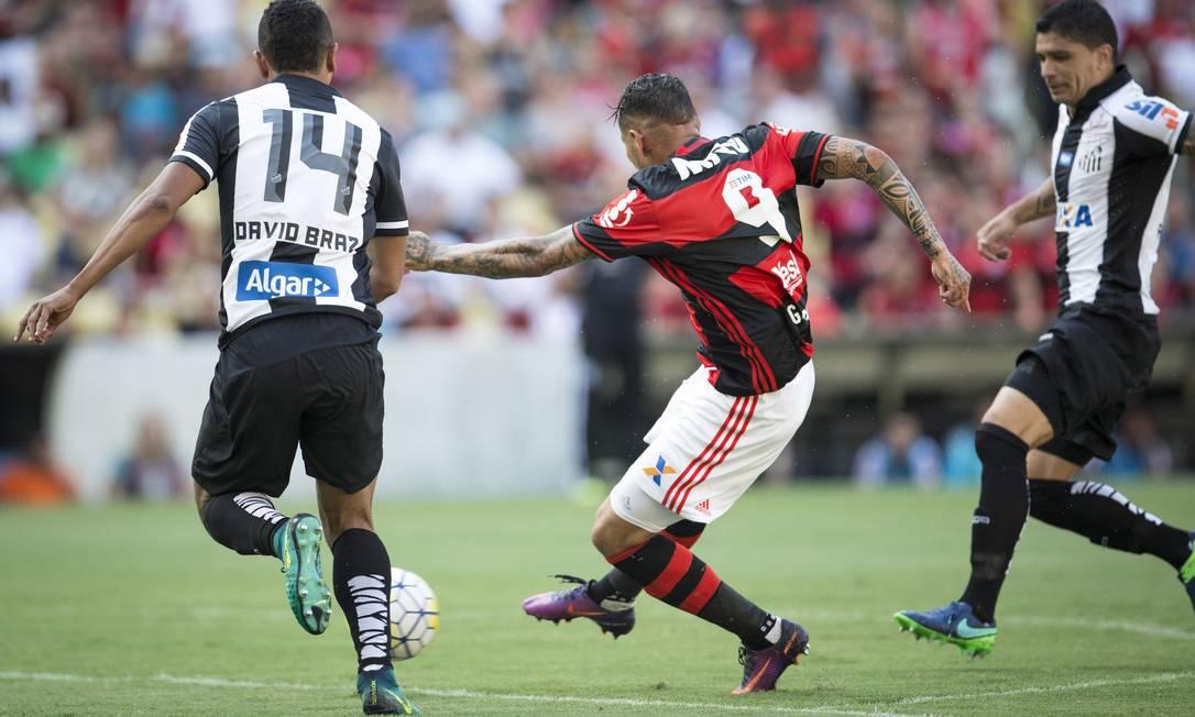 Guerrero finaliza de perna direita diante de David Braz: gol do Flamengo sobre o Santos logo aos 4 minutos no Maracanã Guito Moreto / Agência O Globo