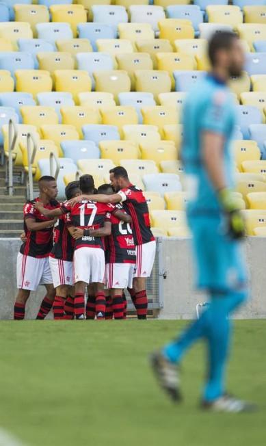 Jogadores do Flamengo festejam gol de Guerrero. Em primeiro plano, o goleiro do Santos, Vanderlei Guito Moreto / Agência O Globo