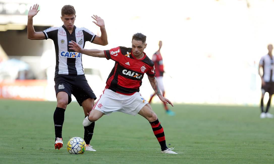 O lateral Pará protege a bola diante da marcação santista Marcio Alves / Agência O Globo