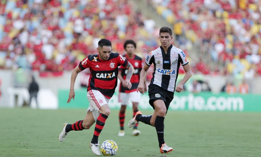 Lá vai Pará ao ataque, pelo lado do campo: boa opção para o Flamengo contra o Santos Marcio Alves / Agência O Globo