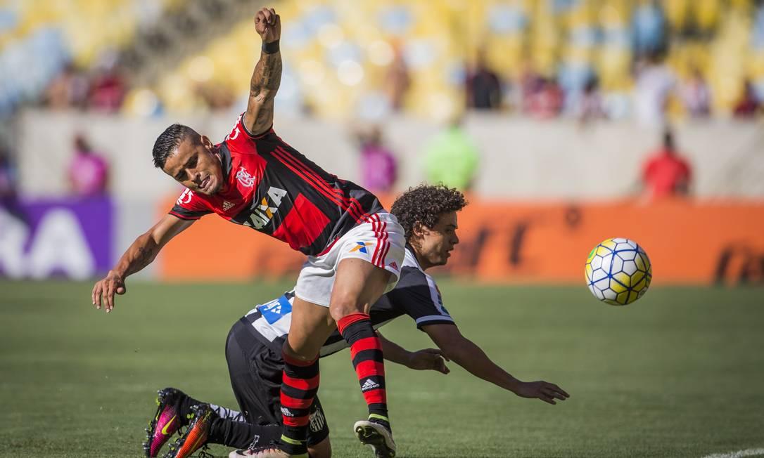 Flamengo e Santos fizeram duelo equilibrado no primeiro tempo, mas com leve superioridade rubro-negra Guito Moreto / Agência O Globo
