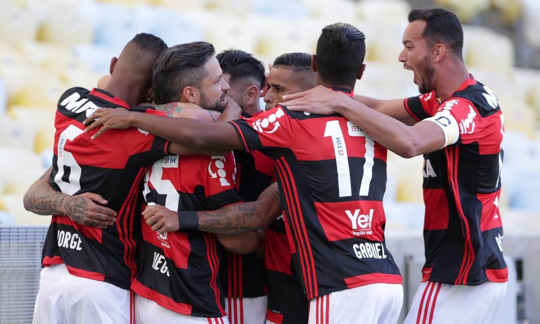 Jogadores do Flamengo comemoram gol de Guerrero sobre o Santos no Maracanã Marcio Alves / Agência O Globo
