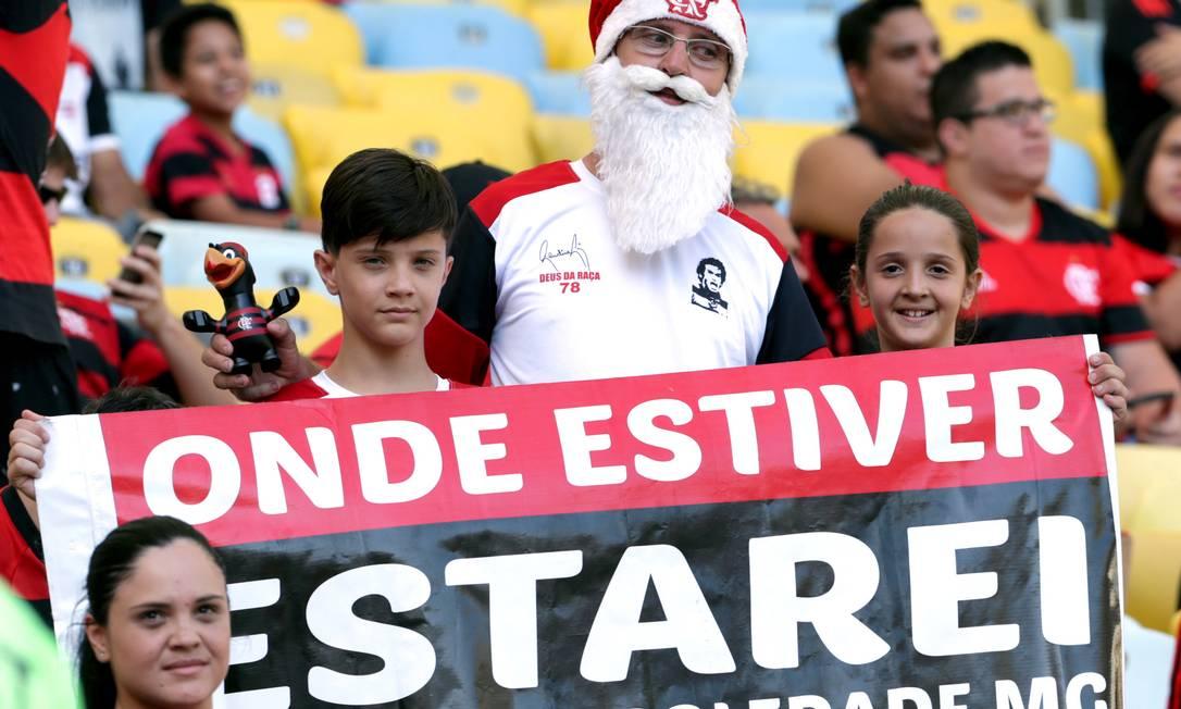 A torcida do Flamengo apoia no jogo contra o Santos e manda o recado, com direito a Papai Noel um mês antes do natal Marcio Alves / Agência O Globo