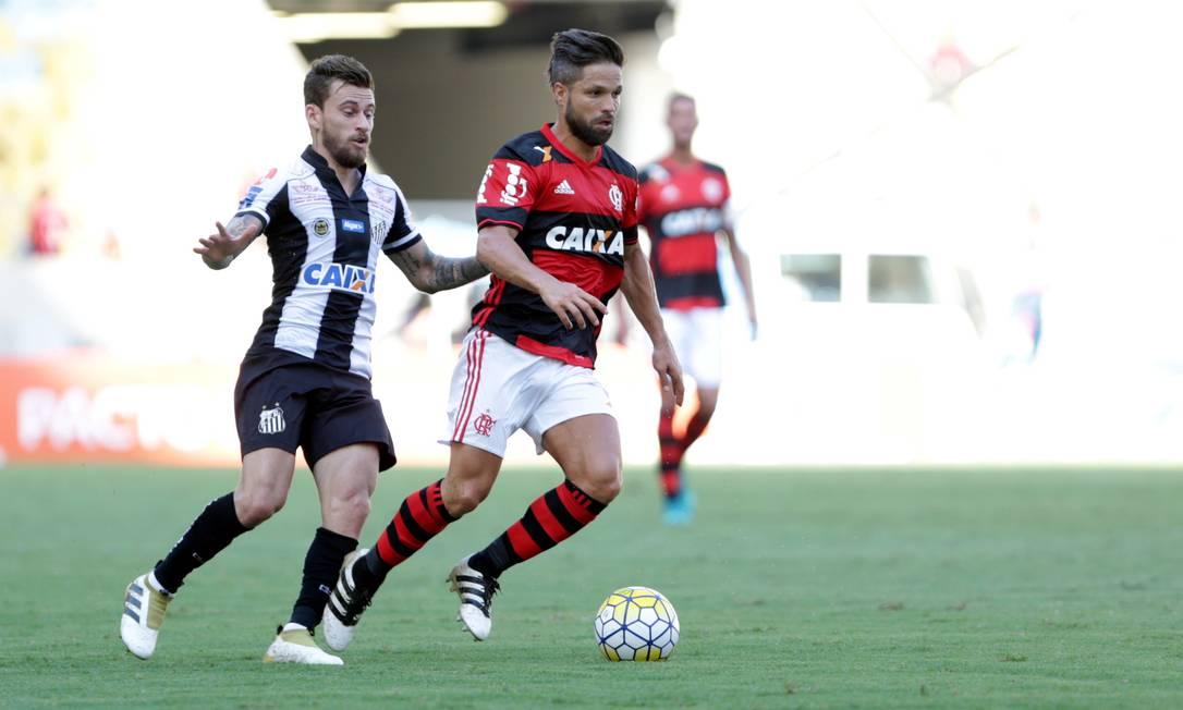Diego articula a jogada no meio de campo. Pela primeira vez o jogador do Flamengo enfrentou o Santos, clube que o revelou para o futebol Marcio Alves / Agência O Globo