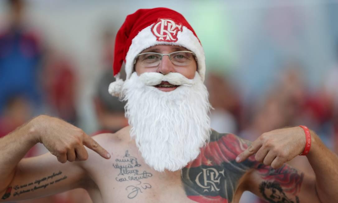 O Papai Noel exibe orgulhoso as cores do Flamengo e a assinatura do ídolo Zico no Maracanã: vitória por 2 a 0 sobre o Santos Marcio Alves / Agência O Globo