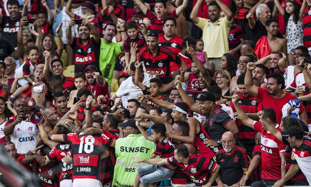 Diego (35) festeja nos braços da torcida do Flamengo o gol que marcou contra o Santos na vitória por 2 a 0 Guito Moreto / Agência O Globo