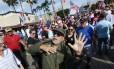 Festa dos expatriados. Em reduto cubano em Miami, exilados se vestem de Fidel e ironizam morte do líder revolucionário em festa