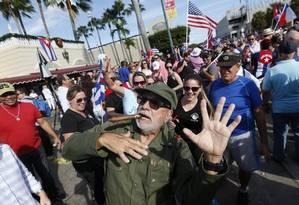 Festa dos expatriados. Em reduto cubano em Miami, exilados se vestem de Fidel e ironizam morte do líder revolucionário em festa Foto: Wilfredo Lee / AP/26-11-2016