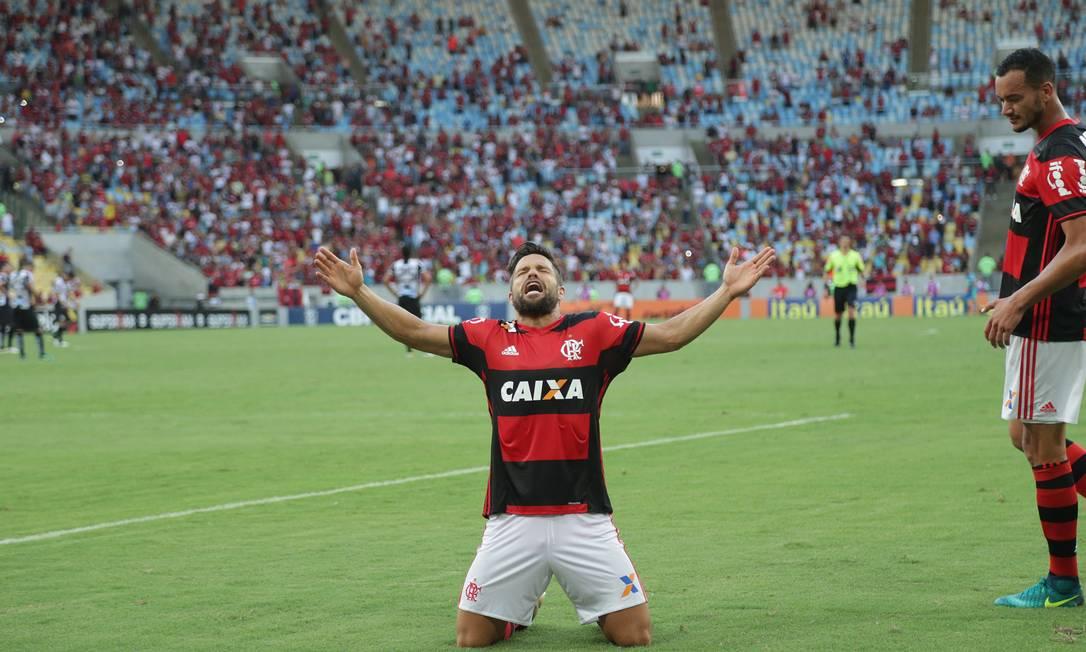 Diego festeja em êxtase golaço pelo Flamengo sobre o Santos Márcio Alves / Agência O Globo