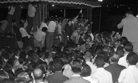 Comício no Rio. Durante duas horas e dez minutos, Fidel Castro (ao centro, no palanque) falou ao povo na Esplanada do Castelo, em ato organizado pela UNE Foto: 06/05/1959 / Agência O Globo