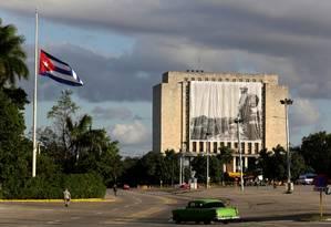 Um retrato do ex-presidente cubano Fidel Castro é colocado na Biblioteca Nacional de Cuba, na Praça da Revolução, em Havana Foto: ENRIQUE DE LA OSA / REUTERS