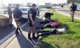 Suspeitos são rendidos por policiais rodoviários federais na Via Dutra