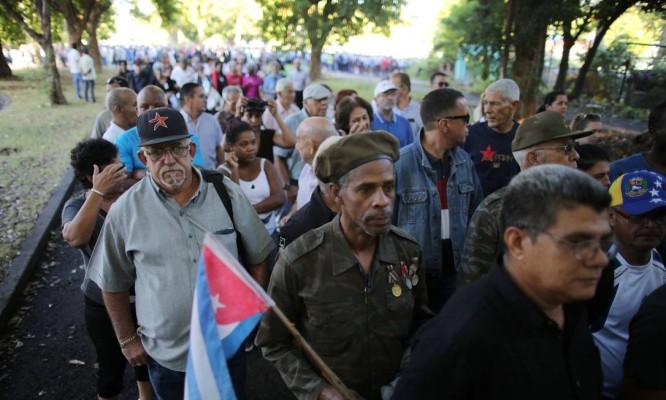 Cubanos formam fila na Praça da Revolução para dar início a semana de homenagens a Fidel Castro Foto: CARLOS BARRIA / REUTERS