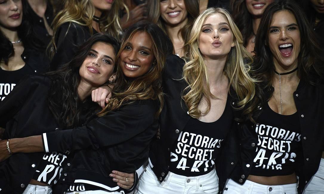 Na linha de frente, da esquerda para a direita, a portuguesa Sara Sampaio, a americana, Jasmine Tookes, a sueca model Elsa Hosk e a brasileira Alessandra Ambrósio MARTIN BUREAU / AFP