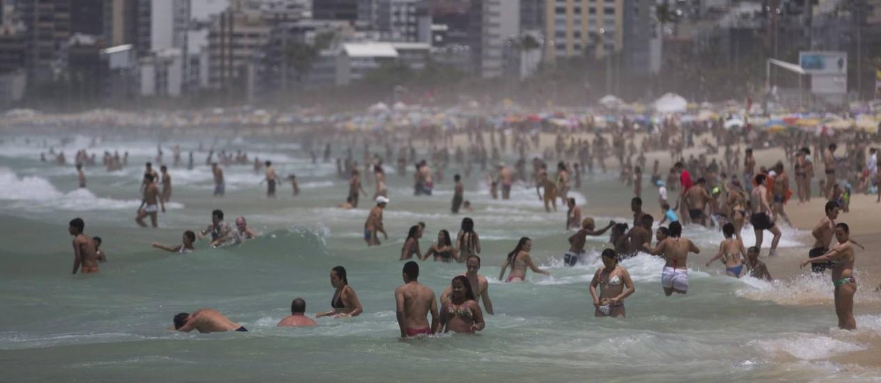 Domingo de sol, calor e praia cheia. Na foto, a Praia de Ipanema Foto: Márcia Foletto - 27/11/16 / Agência O Globo