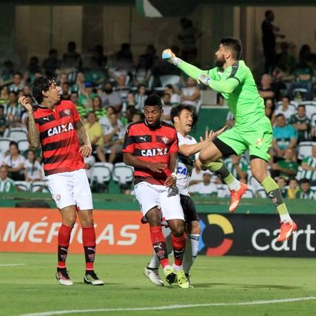 O ataque do Coritiba parou na defesa do Vitória nesta segunda Foto: Divulgação - Coritiba