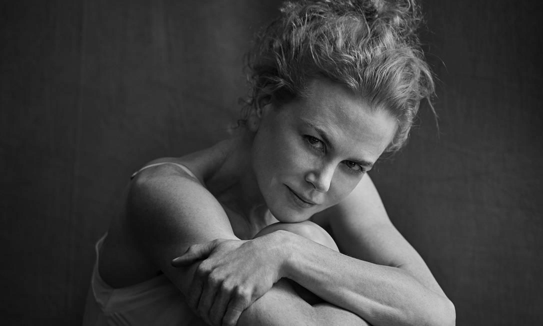 """""""Numa época em que as mulheres são apresentadas pela mídia e por toda parte como embaixadoras da perfeição e da beleza, pensei que seria importante lembrar a todos que existe uma beleza diferente, mais real e autêntica, e não manipulada pela propaganda ou outra coisa qualquer"""", disse Lindbergh, em comunicado. """"O calendário não foi sobre corpos perfeitos, mas sobre a sensibilidade e a emoção, desnudando a alma das protagonistas, que ficam mais nuas do que o nu"""". Aqui, a australiana Nicole Kidman PETER LINDBERGH / Divulgação"""