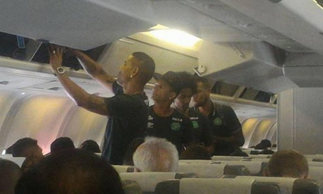 Jornalista Rafael Henzel registrou momento em que jogadores se preparavam para decolar para partida na Colômbia Reprodução/Facebook