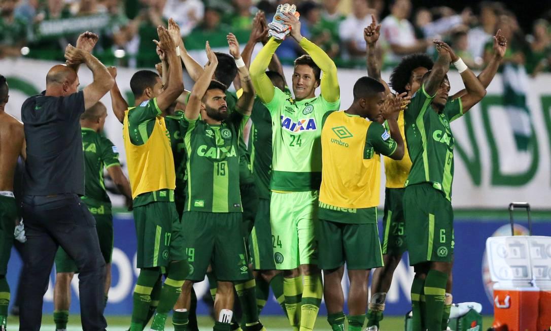 Em 24 de novembro a equipe festeja após o jogo contra o San Lorenzo PAULO WHITAKER / REUTERS