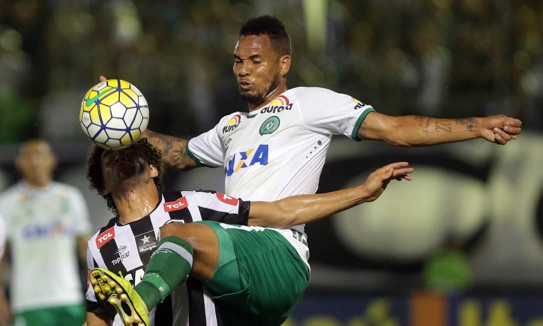 em 16/11/2016 - Botafogo x Chapecoense, no estádio Luso Brasileiro na Ilha do Governador. Rafael Moraes / Agência O Globo