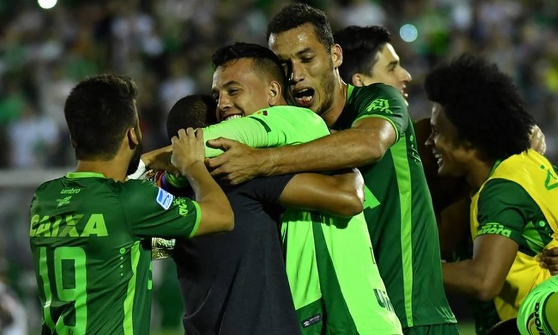 Jogadores da Chapecoense comemoram a ida para a final da Copa Sul-Americana Nelson Almeida / AFP