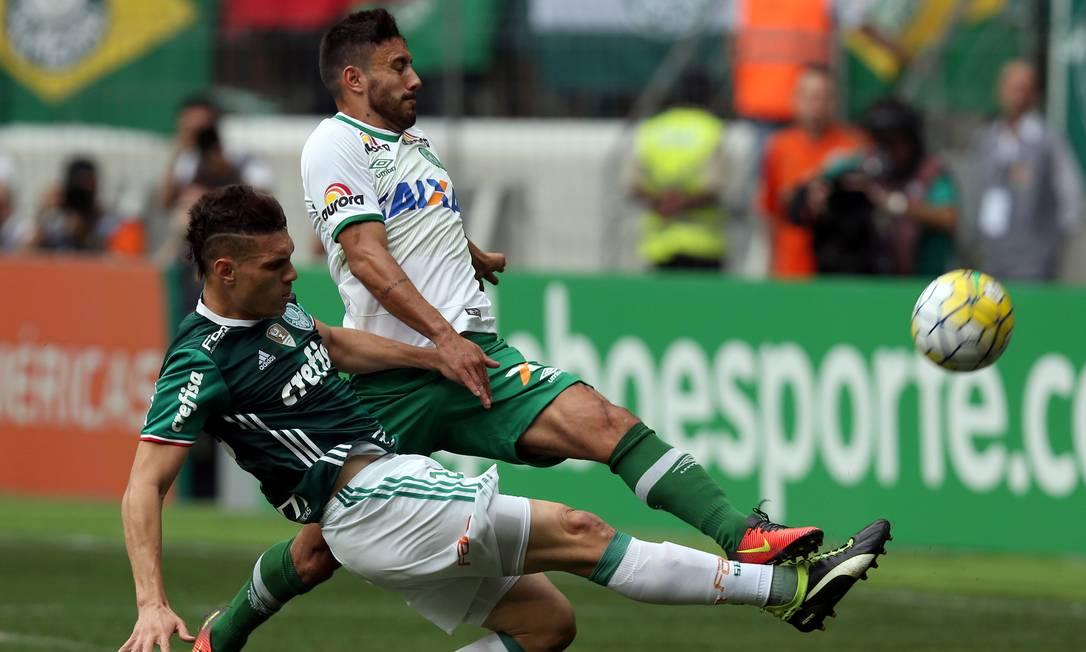 O Chapecoense em ação contra o campeão Brasileiro de 2016, o Palmeiras PAULO WHITAKER / REUTERS