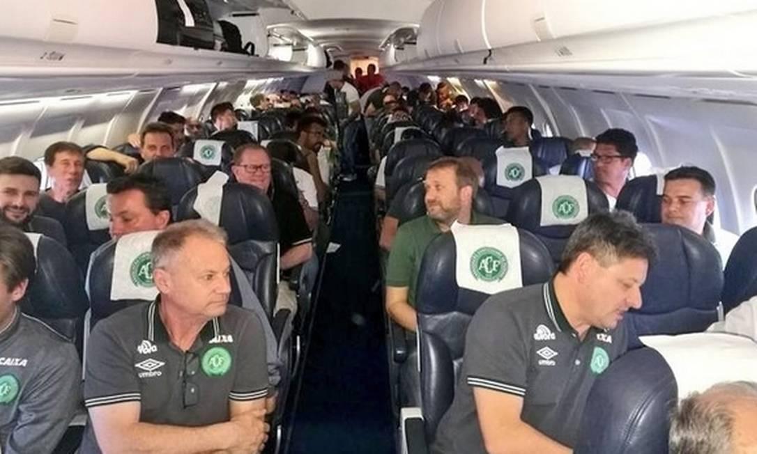 A equipe da Chapecoense no avião da Lamia. Reprodução