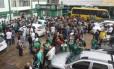 Torcedores na sede do Chapecoense, na cidade de Santa Catarina