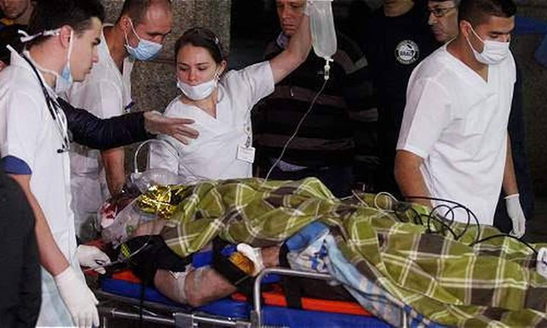 Um dos sobreviventes é atendido na cidade de Rio Negro. Guillermo Ossa / El Tiempo / GDA / GDA