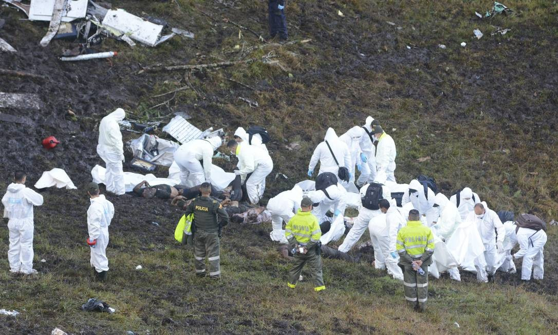 Equipes de resgate retiram os corpos do local Luis Benavides / AP