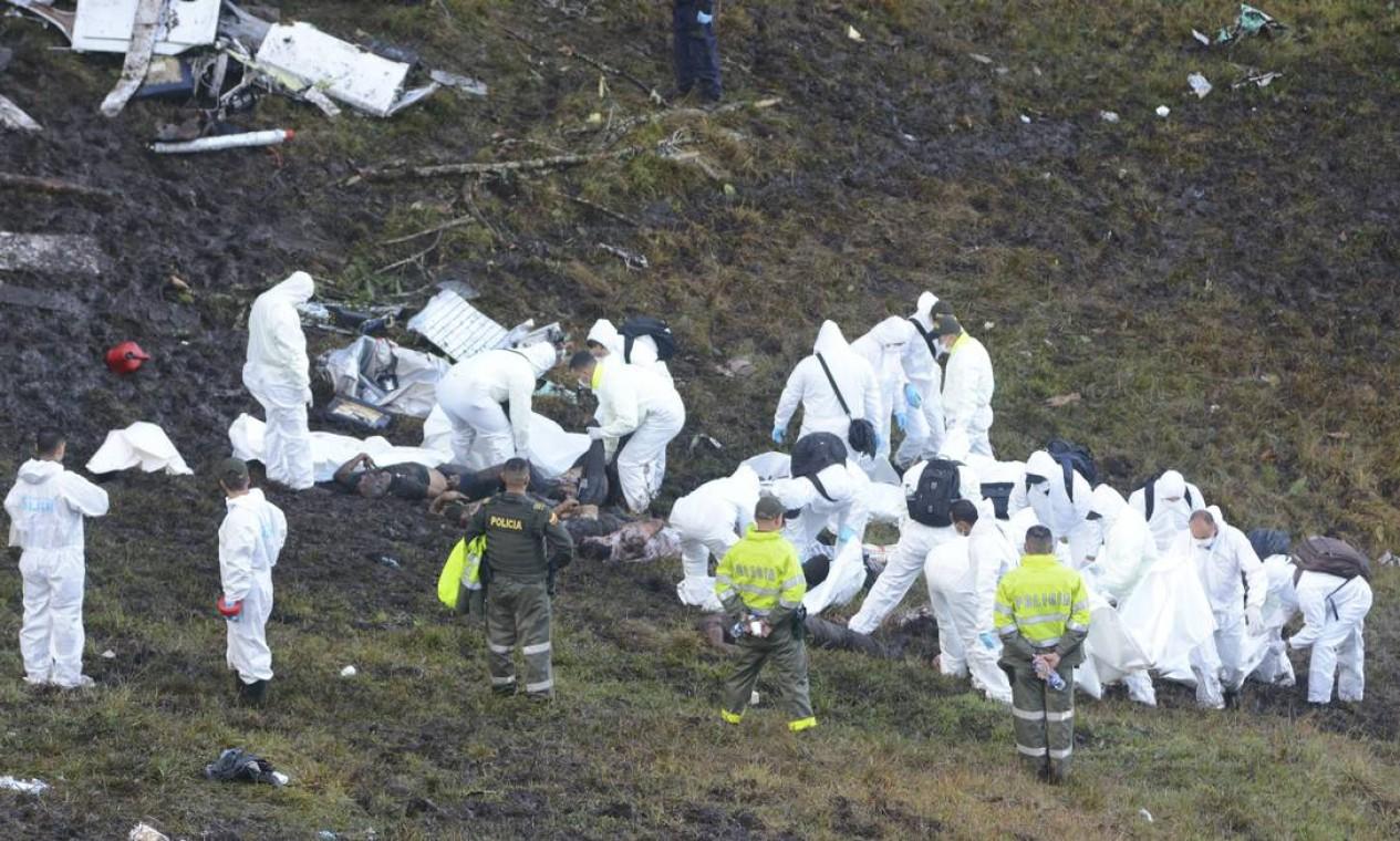 Equipes de resgate retiram os corpos do local Foto: Luis Benavides / AP
