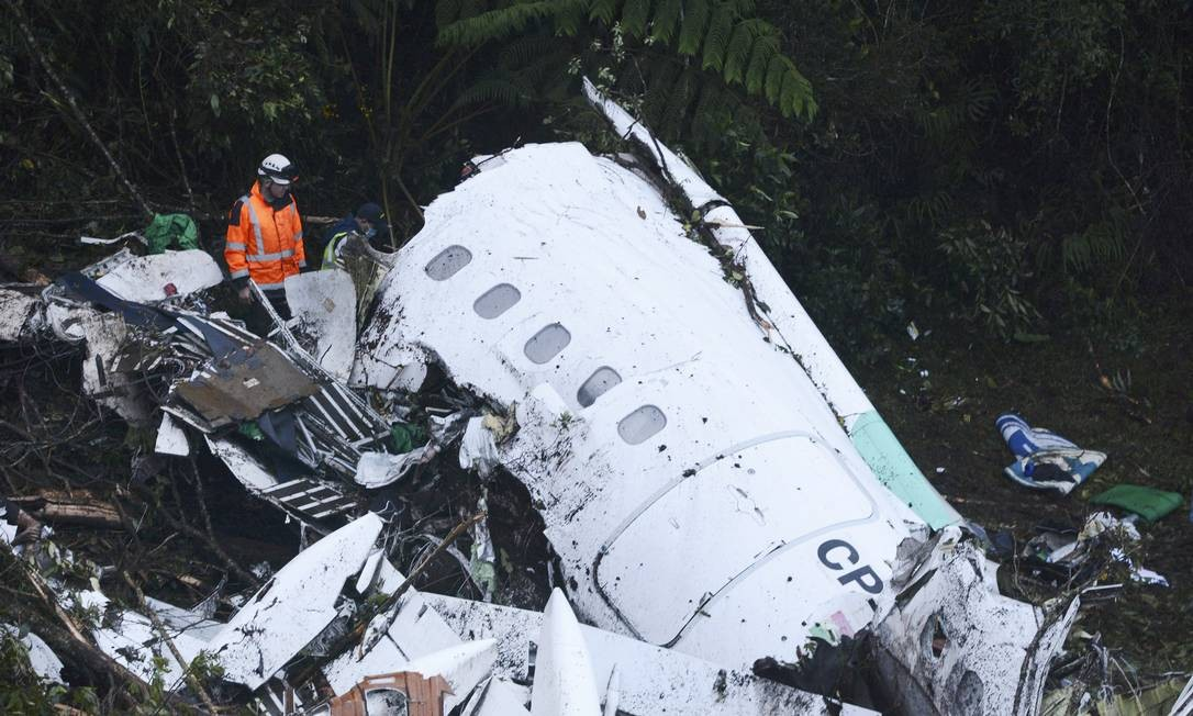 Socorrista trabalha nos destroços do avião Avro da companhia LaMia, que matou integrantes da Chapecoense e jornalistas Luis Benavides / AP
