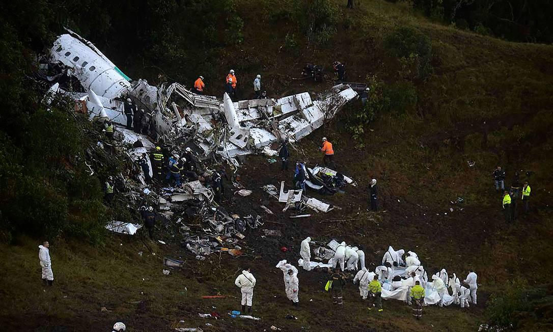Equipe trabalha no resgate de corpos RAUL ARBOLEDA / AFP