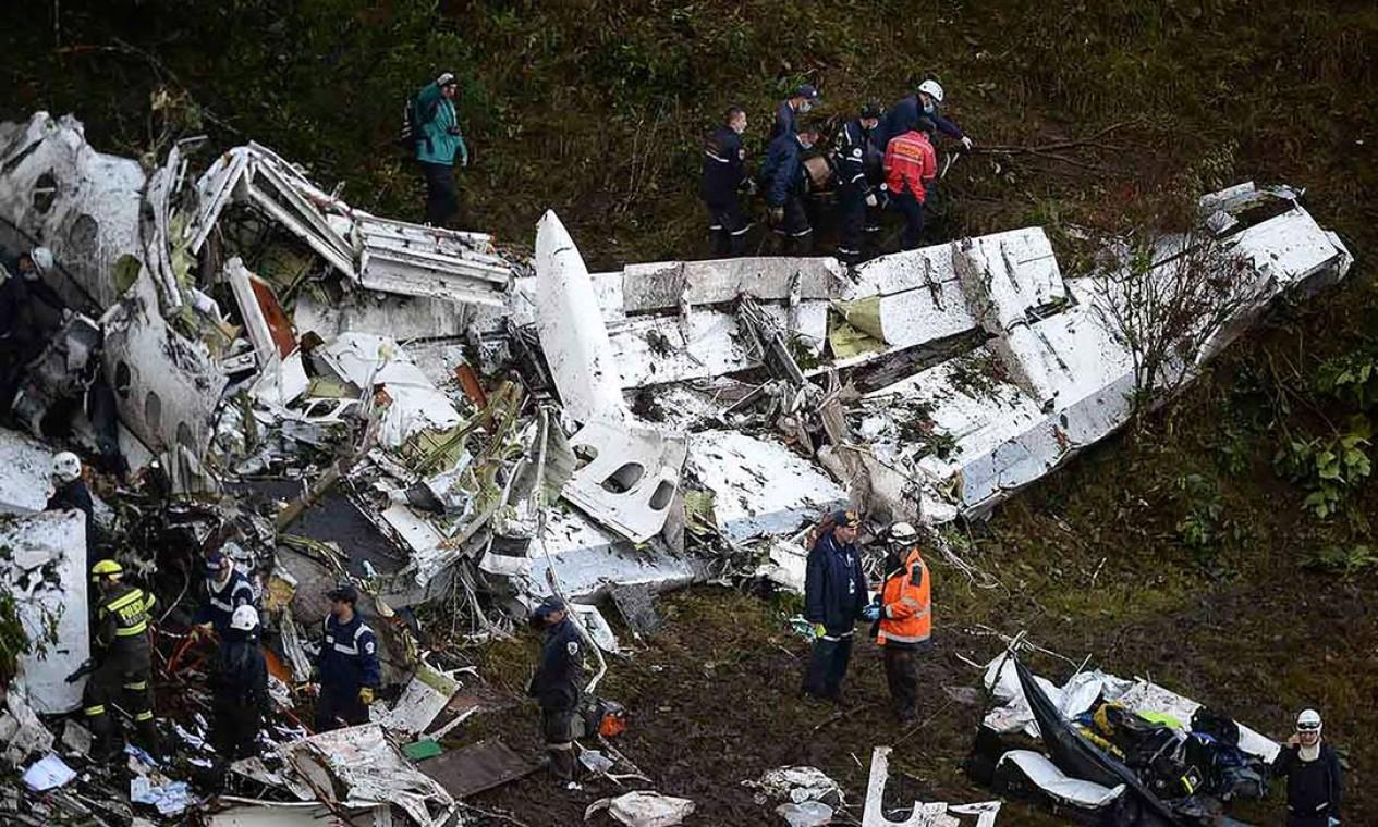 O avião levava 80 pessoas e caiu a três quilômetros do aeroporto Foto: RAUL ARBOLEDA / AFP