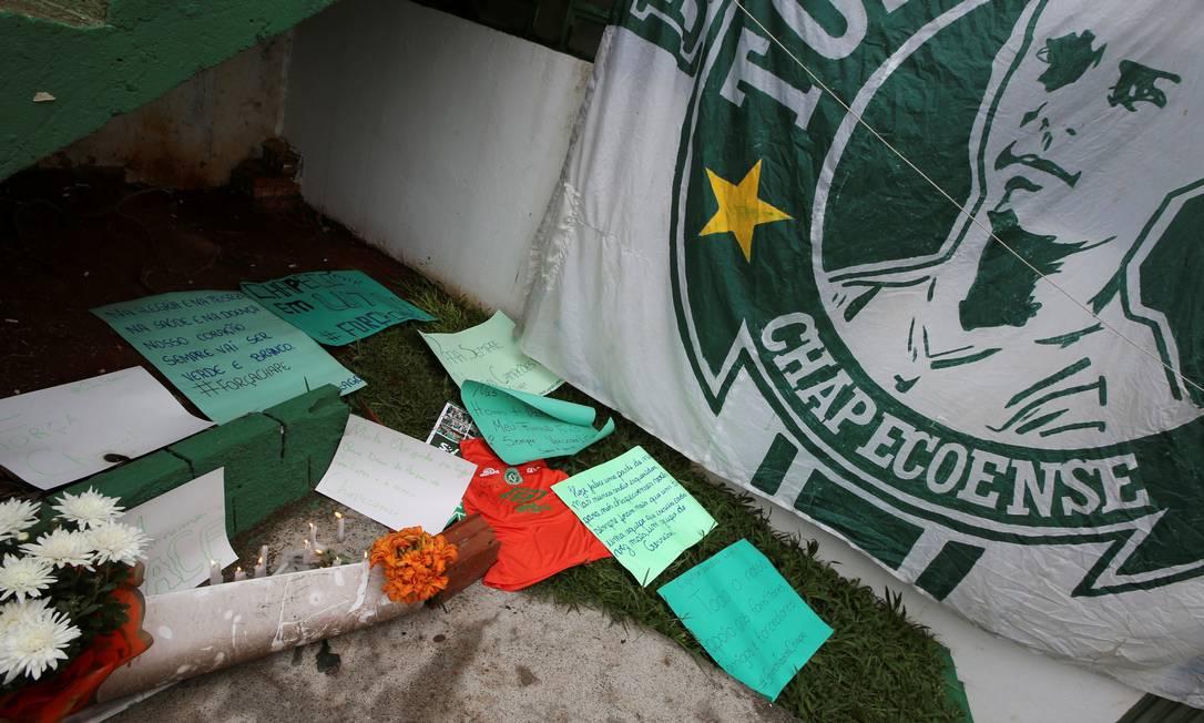 Fans deixam flores e mensagens na Arena Conda PAULO WHITAKER / REUTERS