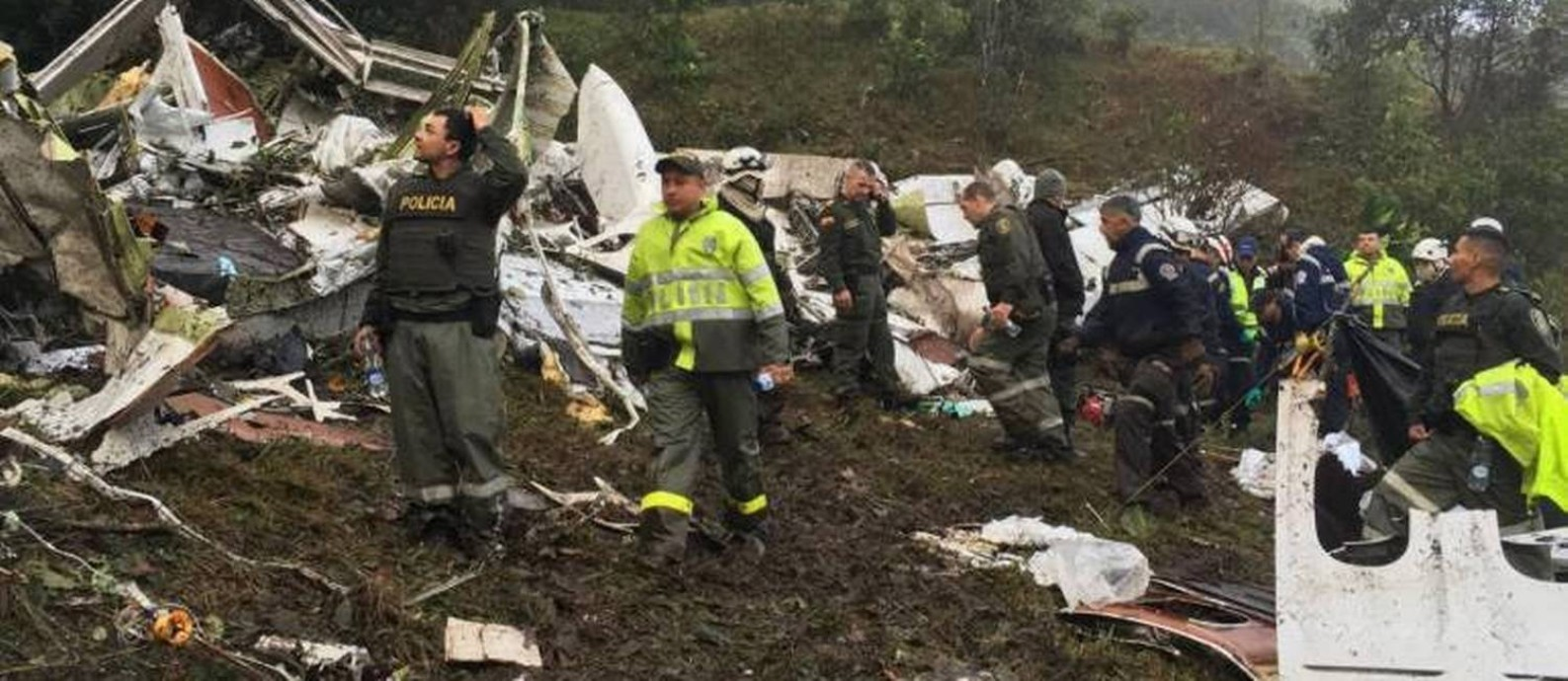 O avião da Chapecoense caiu num lugar de difícil acesso, depois de impactar contra um morro Foto: Fotos de divulgação da polícia colombiana / Agência O Globo