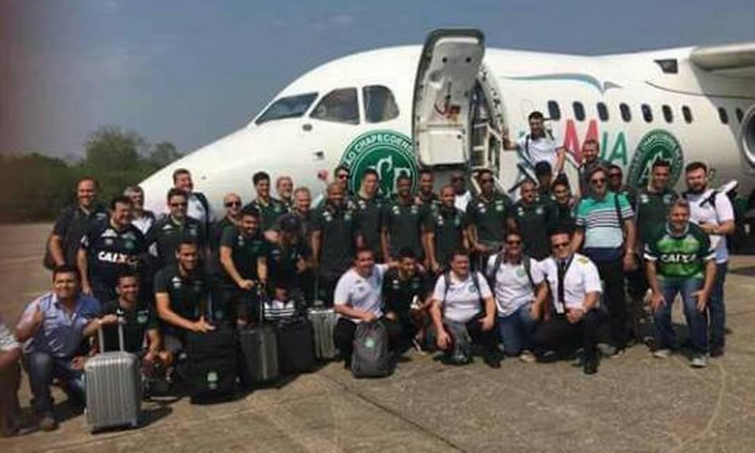 Time da Chapecoense junto ao avião da LaMia. Foto reprodução Facebook Reprodução