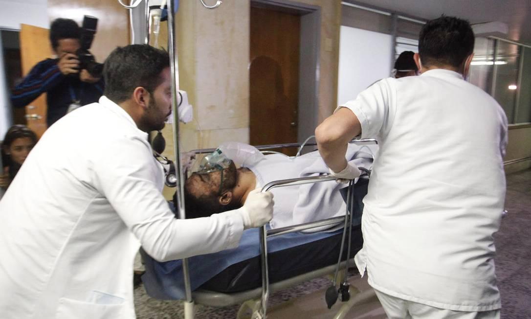 Um dos sobreviventes é socorrido no hospital San Juan de Dios. EL TIEMPO / GDA / Agência O Globo