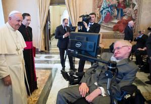 O Papa Francisco se encontrou com o físico ateu Stephen Hawking Foto: - / AFP/Osservatore Romano