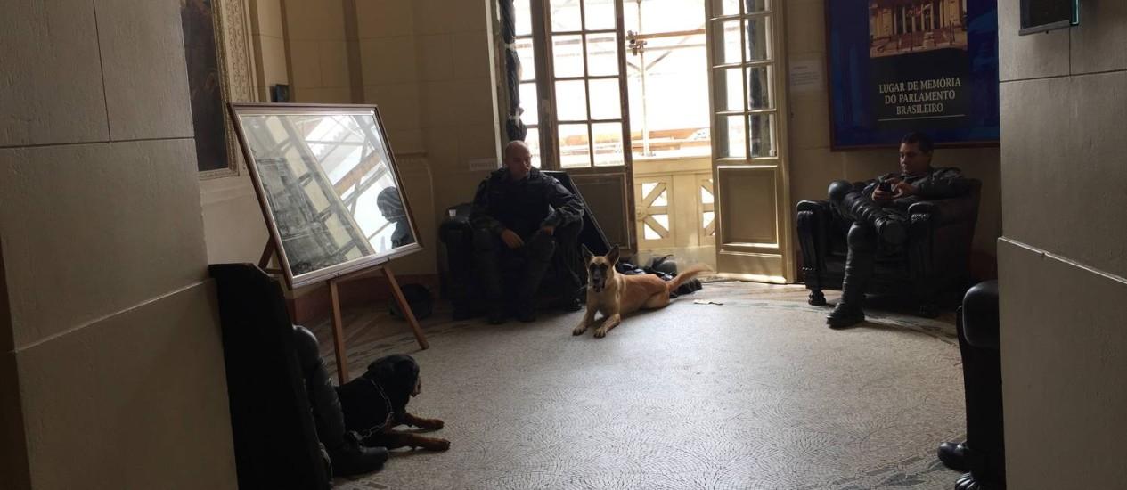 Cães reforçam a segurança no interior da Alerj Foto: Selma Schmidt / O Globo