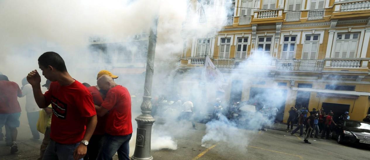 Policiais usam bombas de efeito moral contra manifestantes Foto: Gabriel de Paiva / O Globo