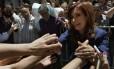 Em Buenos Aires, a ex-presidente Cristina Kirchner cumprimenta apoiadores ao chegar na embaixada cubana para presatar condolências por morte de Fidel Foto: JUAN MABROMATA / AFP