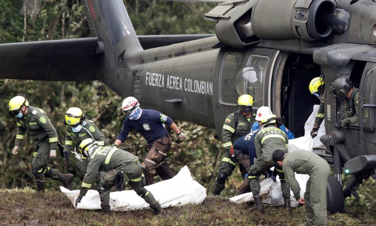 Corpos são retirados do local do acidente Foto: JAIME SALDARRIAGA / REUTERS