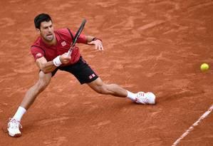 O tenista sérvio Novak Djokovic durante partida durante o tornei de Roland Garros deste ano: esporte é um dos apontados como mais benéficos à saúde Foto: AFP/MARTIN BUREAU