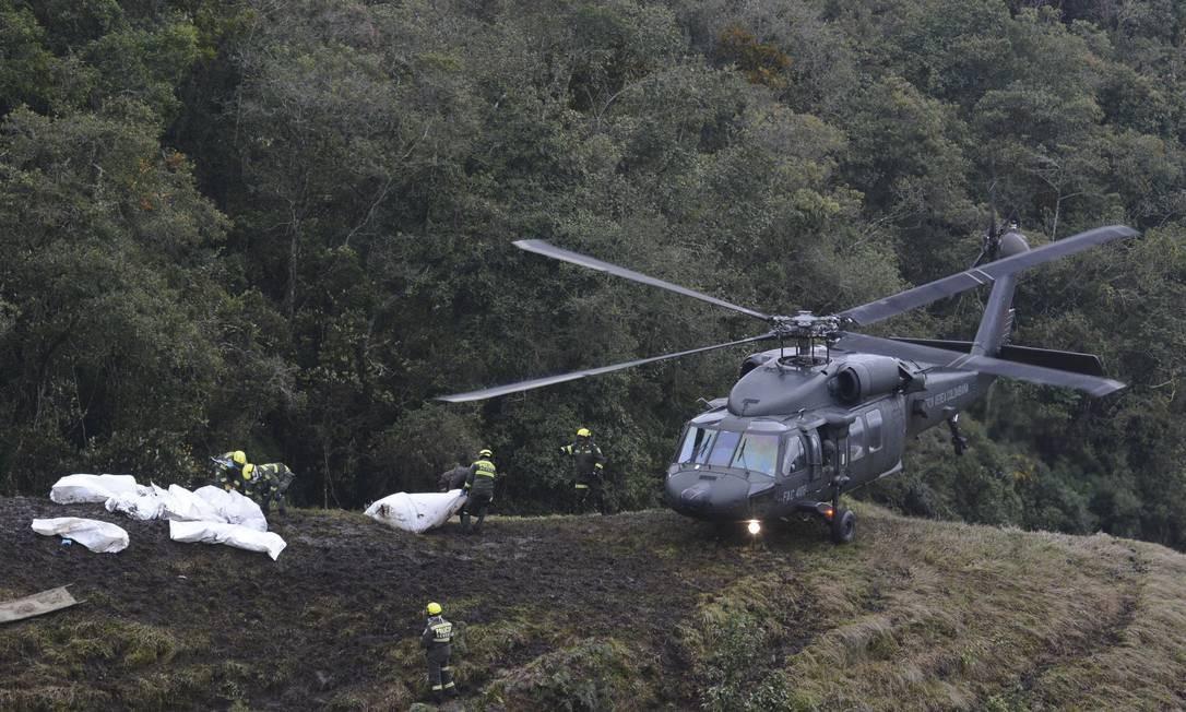 Policiais trabalham no local do acidente Luis Benavides / AP