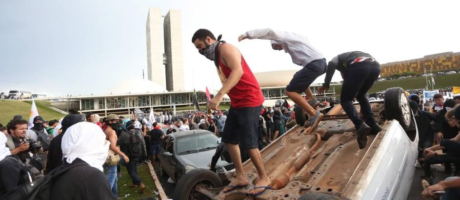 Manifestação contra PEC termina em confronto entre manifestantes e policiais em Brasília Foto: ANDRE COELHO / Agência O Globo
