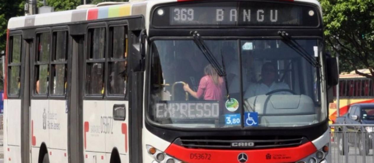 Um dos ônibus que circula na cidade do Rio Foto: Paulo Nicollela / O Globo